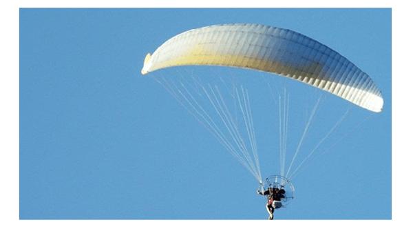 Hombre en paracaidas, siendo proactivo