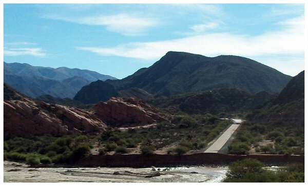 Foto de un río que se llevo parte de la ruta (y la cortó)