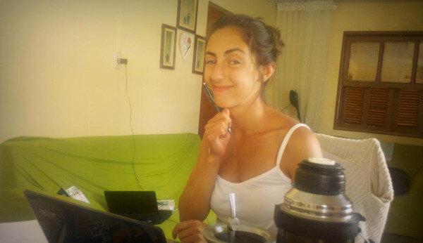 Lu trabajando usando el Kaizen y sonriendo en un escritorio en Brasil