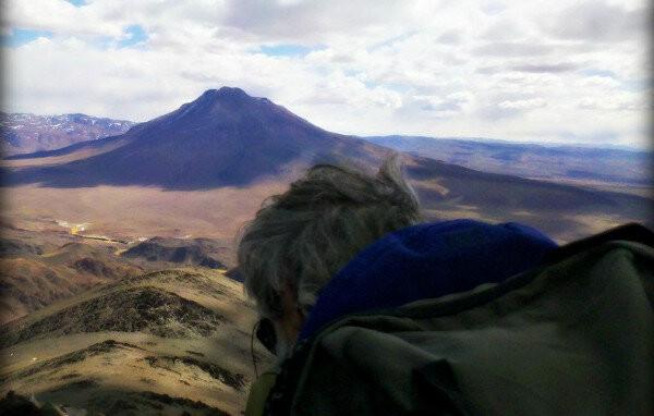 Montañista frente al Volcán Tuzgle, en la puna salteña.