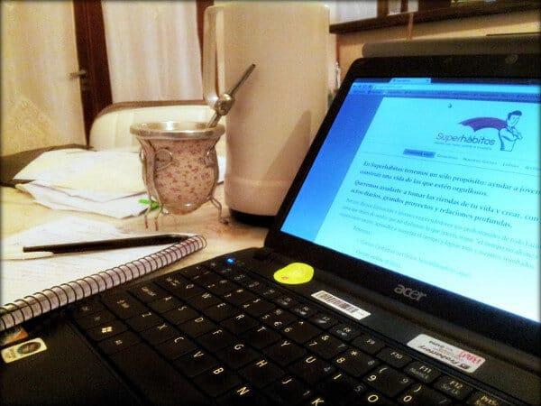 Cuadernos y una computadora sobre la mesa.