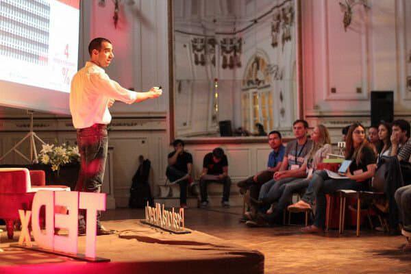Mati dando la charla TEDX