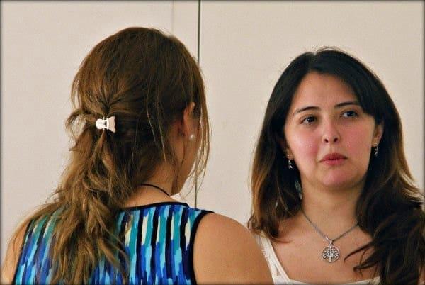 Inés conversando con otro miembro de la Comunidad Superhábitos.