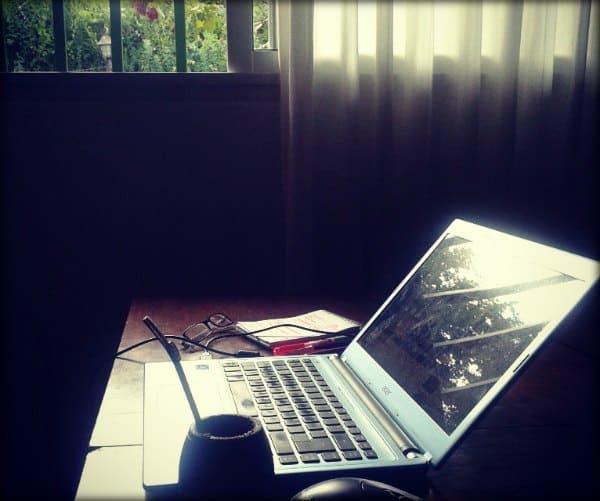 Escritorio con elementos de trabajo.