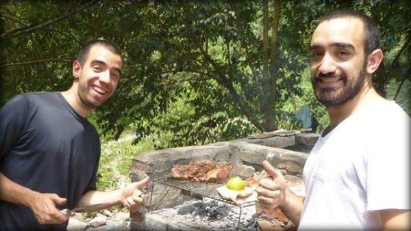 Santi y Mati en la Quebrada de San Lorenzo cocinando un asado