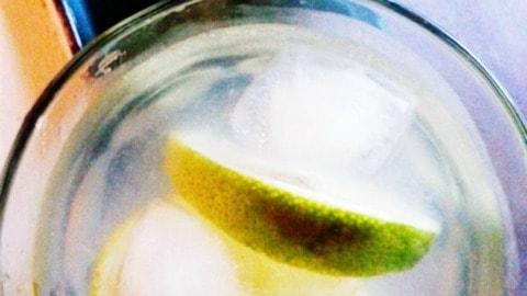 agua caliente con rodajas de limón