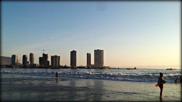 Gente en la playa disfrutando de las ventajas de aplicar el principio de pareto.