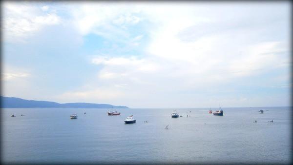 imagen de muchos barcos diferentes en el horizonte