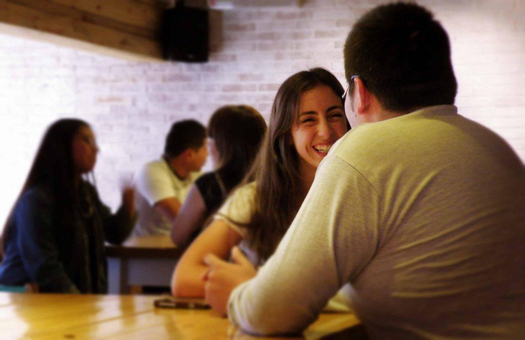 Lu sonriendo mientras trabaja en un Encuentro.