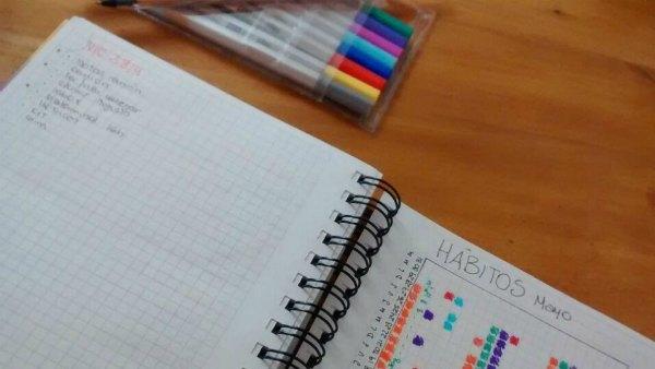 Un cuaderno y una lapicera para mantener las habilidades emprendedoras siempre