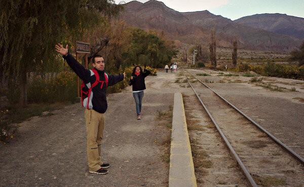Mati y Guada en un sendero en Salta