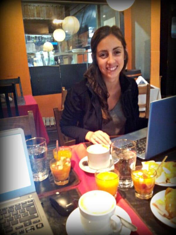 con Lu trabajando y aprendiendo en un café en Tucuman