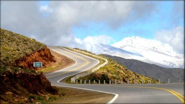 Ruta cruzando la cordillera entre Argentina y Chile.
