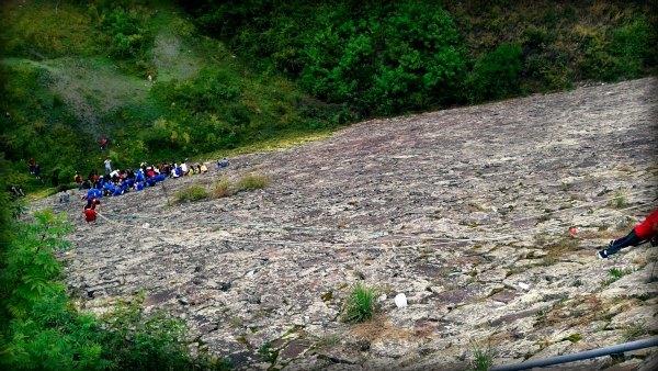 grupo haciendo escalada en roca